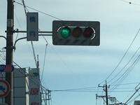 信号機の周りには、白地に緑色の斜線が入った板が付いていることが多いですが、これは一体何のでしょうか?