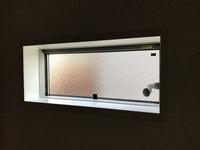 お風呂場の目隠しにいい方法はないでしょうか? このタイプの窓ですとどのような目隠しカーテン又はブラインドが考えられるでしょうか?お風呂場の窓を開けるとご近所のバルコニーから丸見えなことが判明しました...