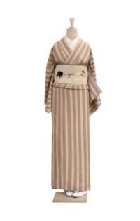 お着物のコーディネートについて。 このお着物が気になっているのですが、合わない帯はどのような帯ですか? できれば帯を選ばない着物を購入したいと思っています。 また、このお着物の色違いで、薄めの茶色部分...