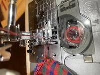 ミシン初心者です。画像、横向きになってしまってますが見てください。 ブラザーのミシンを使っているのですが、縫い終わって布を取る時、だいたい下糸が二重、三重になって無理矢理引っ張って糸を切っています。...