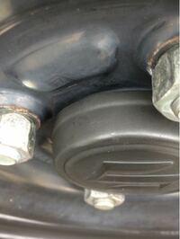 ワゴンRのスチールホイールに センターキャップを付けたのですが、 ホイール面にピッタリ付いてないですが これが正規取り付けですか?  キャップはスズキの純正品(中古)です。