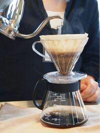 ドリップでコーヒーを淹れるとき、 最初お湯を回し入れたら20秒くらい蒸らしてからまたお湯を注ぐと美味しいらしいのですが、蒸らす理由は何ですか?