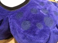 メルカリでスプラトゥーンのクッション、ぬいぐるみを買おうと思ったのですがこれは青色ですか?紫ですか?それとも偽物? しかしタグはついていました。