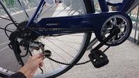 自転車が壊れてしまいました。 ギアチェンジタイプの自転車に乗っていたのですが、停車中にギアをガチャガチャと変え、そのまま発進しようと一気にペダルをこごうとしてしまい、ギア部分が下の画像のようになって...