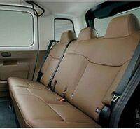 画像は、JPN TAXI の安いグレードのリヤシートでございます。 ・ 安いグレードの JPN TAXI にはシートヒーターは付いているのでしょうか。 いかがでしょうか。