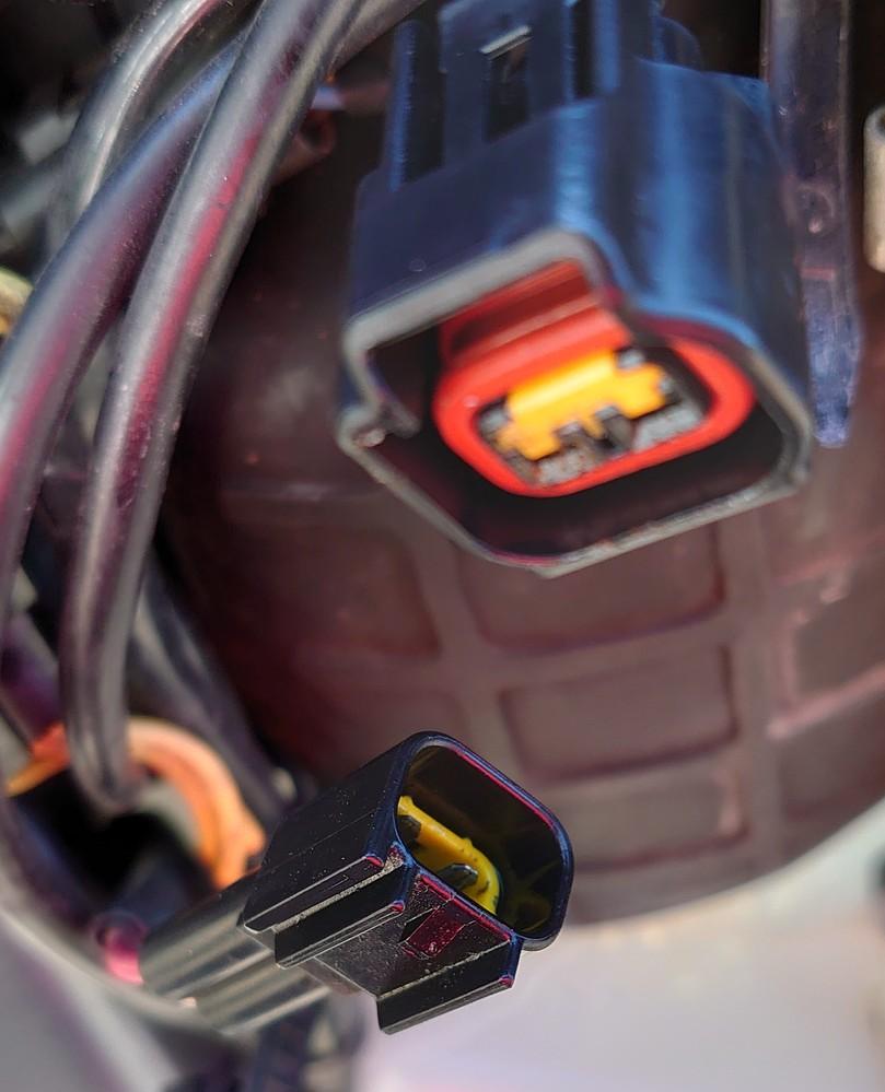 このコネクタの名前を教えてください。 バイクのバッテリーが充電不良だったので電装の点検をしたところ、レギュレータとメインハーネスのコネクタに水が浸入して電極が消えていました。 ギボシなどで直すの...