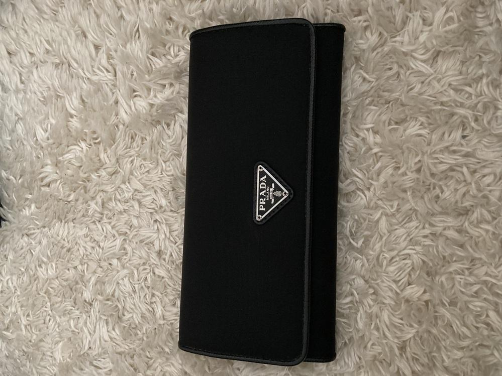 プラダの長財布 三角プレート 今使ってたらダサイですか?