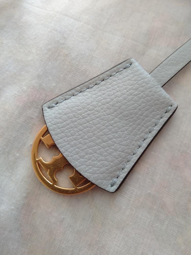 ブランドの鞄に付いてる紐、ロゴマークについてです。 購入した鞄にロゴマークの紐がついていました。とても可愛いのですが、カバーがあって普段は見えない仕様になっています。 可愛いのでカバーを取りたい...