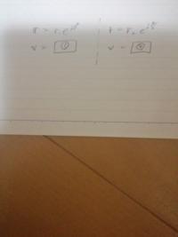 位置ベクトルから速度ベクトルに微分したいんですが、やり方がわかりません。 画像の①、②の計算方法を教えてほしいです