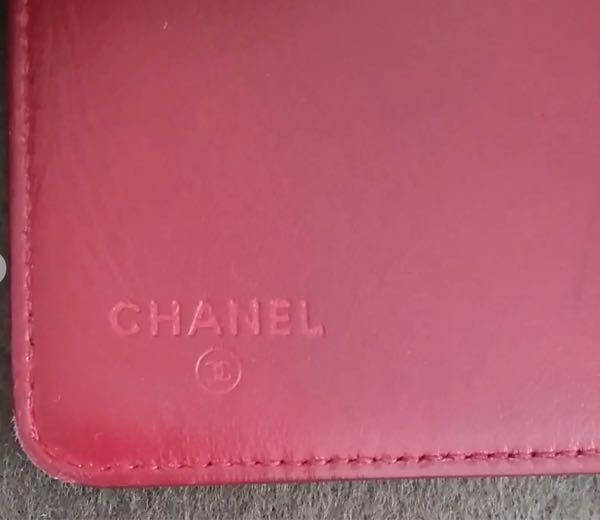 CHANELの、財布の中の印字が色なしって本物ですか?シリアルシールやブティックシールはあります。