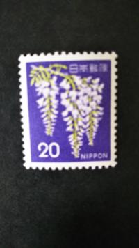 切手にお詳しい方に質問です。 普通切手の「フジ」には1966年シリーズと1967年シリーズがあるのですが 見分け方、違いみたいなものがわかりますでしょうか? 切手カタログにも両者は似ているとは書いてあるのです...