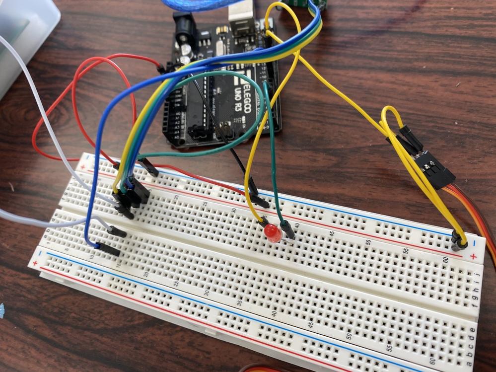 Arduino初心者なのですが、Arduinoのコントロールボードで動作電圧6-7.4Vのサーボモータを動かしたいです。どうすればいいでしょうか。
