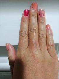 ネイルを塗りました。 ピンクとゴールドが好きなので、 何種類かのピンクのカラーで 塗ったのですが、 爪単体で見ると可愛いです。  でもこれ、33歳の人間がやってたらどう思います?顔に似合わなそうですよね。  ...