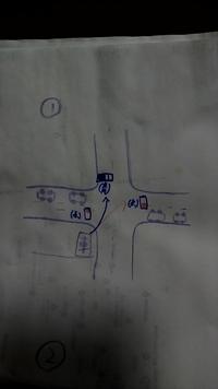 道路交通法 違反? について。 大変分かりにくい説明、画像ですが 誹謗中傷は御遠慮願います。 お店が交差点に面した所に有り、画像の様に交差点に前向けて停めています。 交差点へ侵入するときは前方の信号が青...