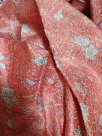 和洋折衷コーデをする為に小紋着物をネットで買ったのですが、光沢が画像では分かりにくく、綸子だということに気付きませんでした。綸子はサテンのドレスのようなものと聞きました…。少しフォーマルな場での着物な ので普通のお出かけでは浮いてしまいますかね?回答よろしくお願いします。