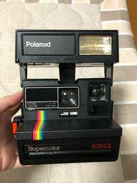 ポラロイドカメラについて質問です。 こちらのポラロイド 600シリーズカメラ Supercolorのフィルムはどちらのものを使えばよろしいでしょうか? カメラに詳しくなく、どんなフィルムを買ったらいいのか分からず質...
