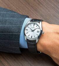 腕時計の質問です。 グランドセイコーの295いいなーって思ってます  とてもキラキラしているのですが、  これをお葬式などの冠婚葬祭に使っても大丈夫でしょうか?  白3針のみですが、、、キラキラしてます、、、