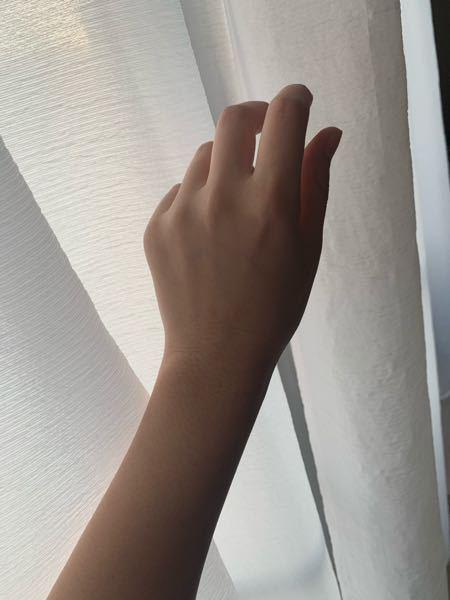 手フェチの人から見て私の手ってどう思いますか? 手を綺麗にしたいので、手が好きな人から感想をもらいたいです。 あと関節が太くて指輪が入らないのが嫌なんですけど、関節を細くする方法を知っていたら...