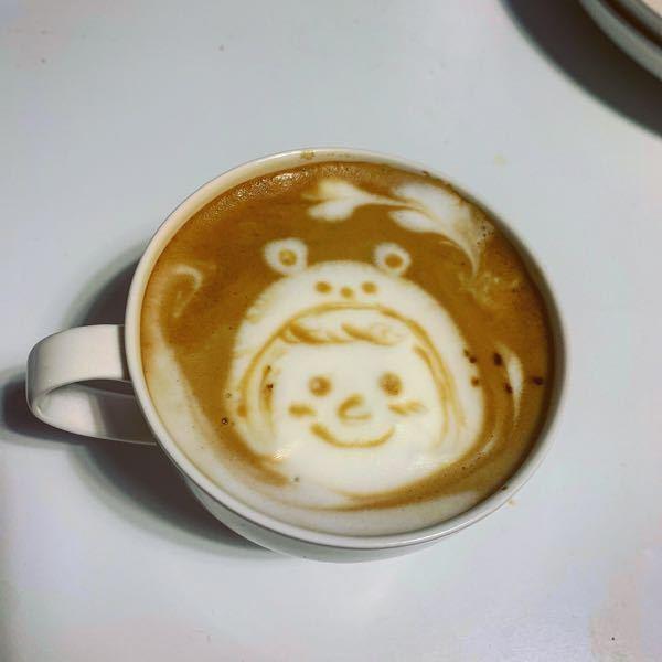 ラテアート初心者です。 ミルク泡立て器(ミルクフォーマー?)(1000円程度)を購入してラテアートを練習しています。 まだ3日目ですが、毎日2杯ずつ作ってます。 コーヒーはインスタントコーヒ...