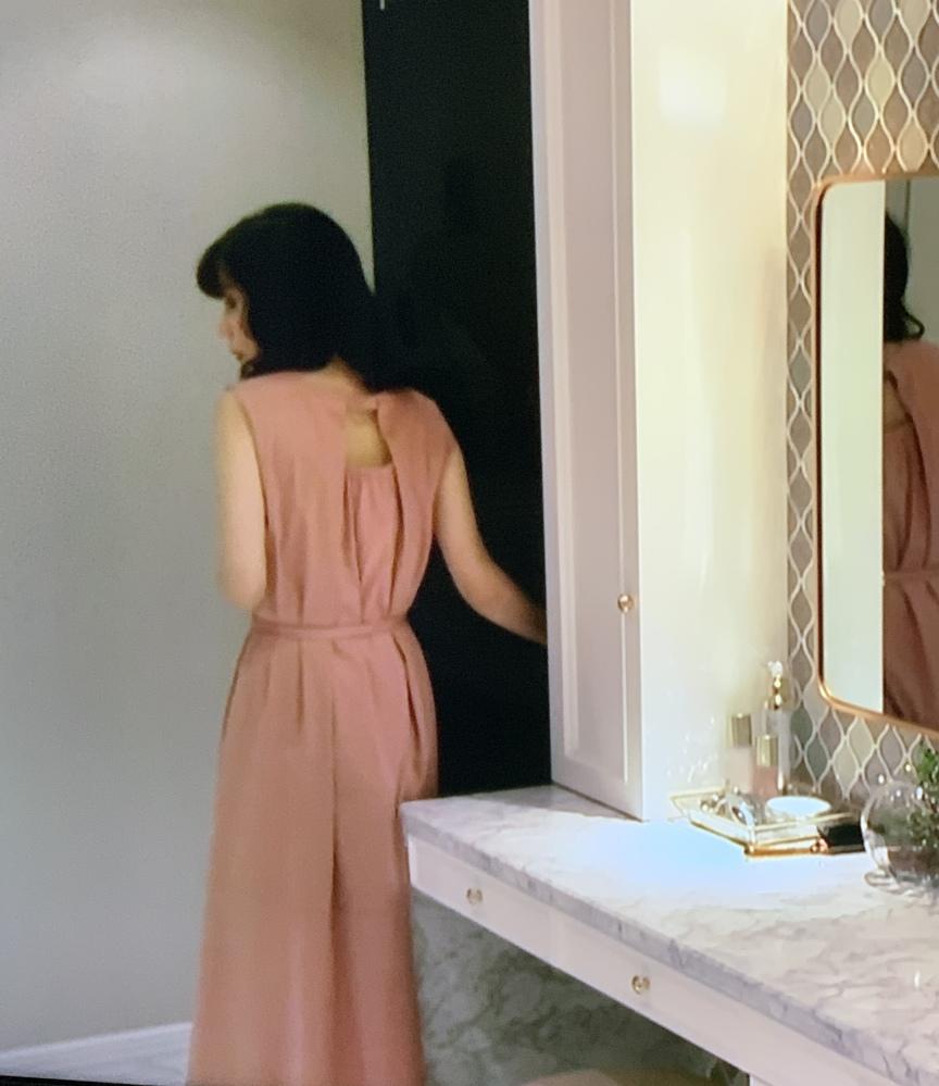 今やっているドラマ、恋する母たちで仲里依紗が着ていたワンピースのブランドがわかる方はいますか? 第3話、後半の不倫相手との話し合いが終了した帰宅後です。