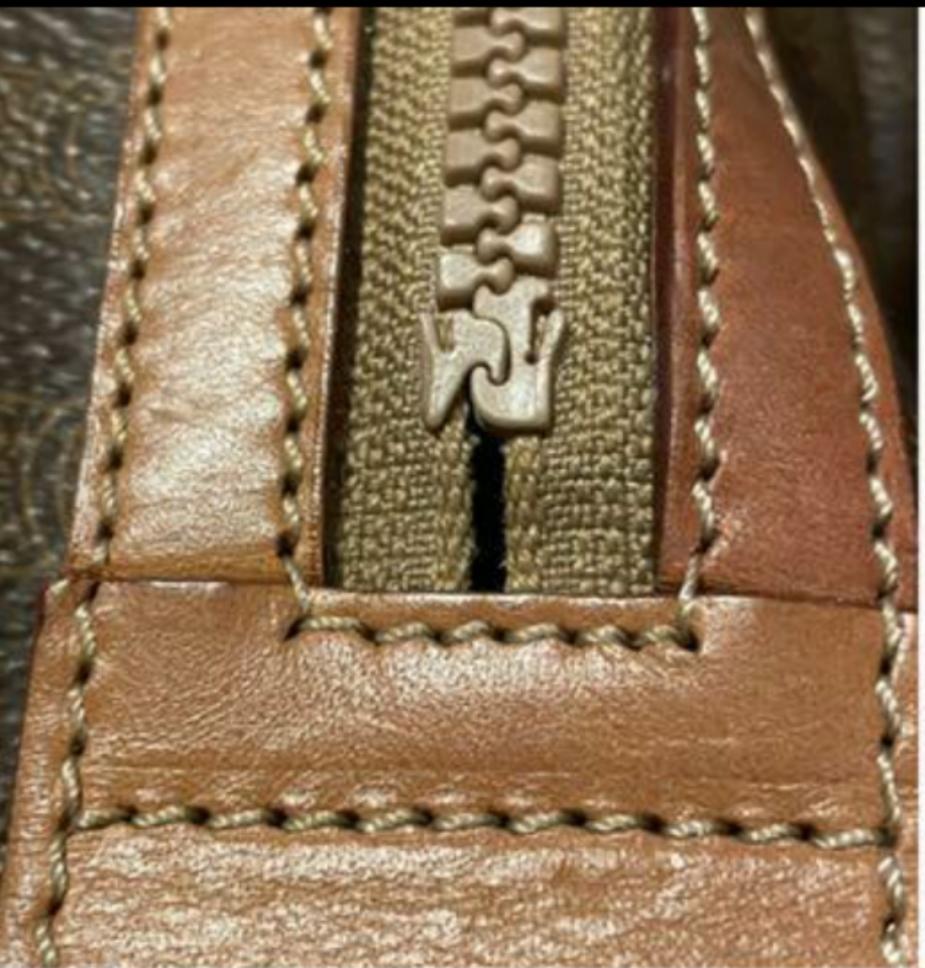 教えてください。 オールドセリーヌのミニボストンバッグを購入したのですが、 ファスナー下に画像のような変な隙間が両サイドにあるんです。 これは不良品なのでしょうか? バッグ、オールドセリーヌに詳...