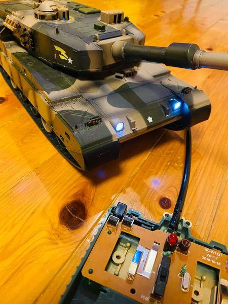 戦車のラジコンについて質問です。 子供の頃に買った90式戦車のラジコンで今でも普通に安価で売られているものなんですけど、久しぶりに動かしてみようと思って前進しようとコントローラーを左右両方前に倒...