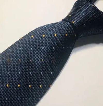 成人式で黒のスーツに白のシャツ にこのニット素材のネクタイはおかしいですかね?