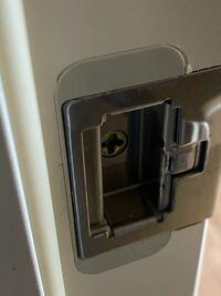 ドアの真ん中のくぼみを左に寄せて固定したいんですが、素人に可能でしょうか?稼働するので左に寄せることはできるんですが、バネ?で元に戻ってしまいます。 左に寄せて固定して、ドアのカタカタを少なくしたい...