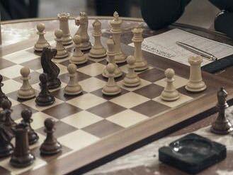 チェス盤を探しています。 この写真のようなチェス盤はどこに行けば買えますか? 実際に手に取り見れる所で買いたいです。