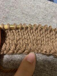 編み物初心者です。 ゲージを取るためにメリヤス編みしてるのですが、1段目?が緩いのですがこれはどうやって編めば直りますか? それとこれは目の大きさは均等にできてますでしょうか?