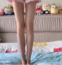 皆さんから見てこの脚はどのように見えますか。 性別も教えていただきたいです。  ①細すぎ ②細い ③普通の太さ ④太い