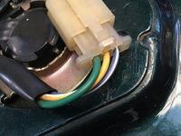 スーパーカブc50カスタムの燃料タンクのフロート(?)の配線について。 写真の配線の種類を教えてください。燃料計がスピードメーターのところにあるカブです。緑はアースですよね?他の2本は何ですか?汎用の燃料計に繋げる時はどうしたらいいですか?