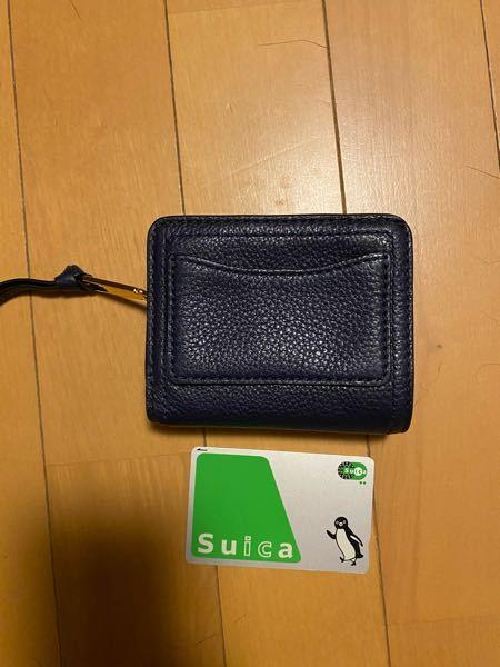 マークジェイコブスの二つ折り財布を購入しました。 背面にカード入れがあり、ショップの方にも「ICカード入れると便利ですねー」と言われたので購入しました。 しかし、帰宅して早速入れようとした所、わ...