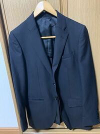 就活で使うスーツについて 画像のようなスーツを、大学入学時に買いましたが、このタイプのスーツは就活で無難に使えそうですか?