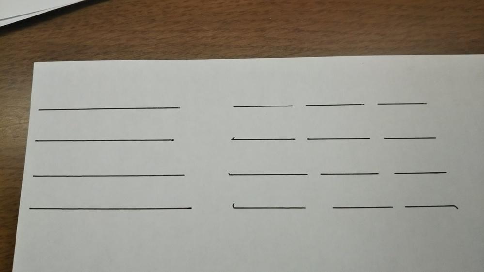 自由英作文の解答用紙使い方について。 経験のある方回答お願いします。 早速ですが、先日阪大実戦模試を受験したのですが、とても恥ずかしいことに自由英作の解答用紙の使い方が分からないという事態に陥りました。 今まで受けてきたテストや模試では写真で左側のように、一本線が何行も引かれているものでした。 しかし阪大実戦は写真右側のような、1単語ごとに線がありました。 私はコンマやピリオド、クエスチョンマーク等の書き方が分からず(特にコンマやピリオドは、その直前の単語に添えるように書くべきなのか、コンマピリオドで1単語分の線を使うべきなのか)、 絶対違うなと思いながら1単語分の線にコンマやピリオドを打ちまくりました。 ところが数日前に結果が返ってきたので見てみると、添削されたり減点されると思っていたこれらの所がすべてノータッチでした。 ここで質問となるのですが、自由英作の解答欄が1単語ごとに線が引かれている形式の場合、コンマやピリオドでその直前の単語に添えるように書くべきなのか、コンマピリオドで1単語分の線を使うべきなのか教えて下さい。