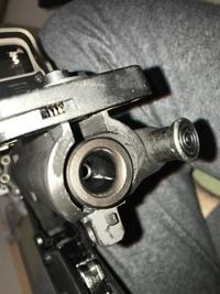 ガスブロのメンテナンスで質問です。 マルイのmk18.mod1使用しています。 射撃中に二重給弾をしてしまい、射撃によるボルト前進の際に挟まったのか、BB弾が割れて、一部がチャンパーに挟まりました。 購入店で...