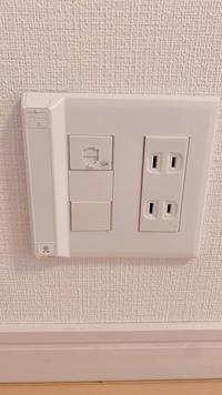 最近引っ越しました。 物件の資料に光回線工事不要との記載は特に無かったので工事頼まなきゃなあと思っていたのですが部屋の一角にこれを見つけました。光と書いてあるこれはこれは工事しなくても繋げるやつですかね?  機械に疎いため教えていただけると嬉しいです。