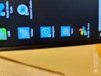 デスクトップ上のアプリのアイコンの背景が青くなっていてダサいです、、 インスタだったら紫っぽい通常のやつやSlackだったら背景透過させたりするにはどうすれば良いでしょうか??