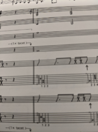 バンドスコアなのですが、エレキギターの楽譜が読めません。これをスタジオワンってソフトに打ち込みたいのですが斜めになってる線は音階でいうならどの音になりますか?