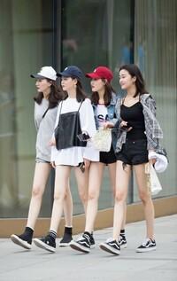 今の日本はミニスカート誰も履かなくなっちゃいましたね。 私は30代女性で日本語学校に務めています。私服可能で生徒達も真っ直ぐな脚を出しているので私も気にせず似たようなファッションです。逆に日本で流行りのパステルカラーのオーバーサイズなどを着たら不思議な目で見られます。  女子高生と一部の20代のギャル系の人限定!!みたいになっちゃいましたね。年相応の服着ろ!!とか言われ続けた結果でしょうか?...