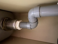 台所シンク水漏れについてです。 約40年前建築のアパートで私は20年前から住んでいます。 最近台所の流しで水が詰まって流れにくくなったので掃除して流れるようになりました。 下の扉を開けるとたまたまいい位置にあった鍋にたっぷりの水が溜まっていて画像の白い回す部分らへんから水がしたたり落ちているのを発見しました。 扉中はカビ臭く、昨日は下水の匂いが部屋に充満しました。 時計回りに回して締...