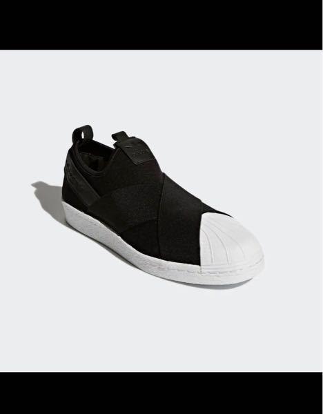 このadidasのスリッポンは普段のサイズと同じサイズで履けますか?? スリッポンは紐がなく、伸びるから小さめの買ったほうがいいのでしょうか??