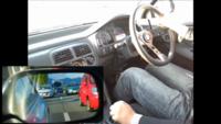 車の初心者マークを付けています。 道が混んでいる時の車線変更が苦手でYouTubeで車線変更の動画を見ていましたが、添付画像のように、このサイドミラーに写っている赤い車と自分の車は実際どのくらい離れている...