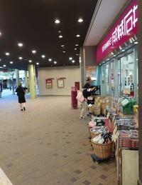カスタマーハラスメントとは、消費者・顧客の立場を利用して、理不尽な要求や謝罪を強要することです。 カスタマーハラスメントを行う消費者のことは「クレーマー」とも呼びます。  https://news.yahoo.co.jp/pickup/6380351  サービス業の弱みを掴んで 飲食店、スーパー、コンビニで暴言吐きませんか…?