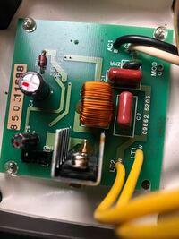 人感センサーライトについて 自宅にある人感センサーライトが壊れてしまいました。 部屋にあるスイッチをオンにしておいた状態で人が通ると電気がついていました。 しかし、センサーが反応しなくなったため中を見...