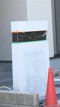 外構工事 イメージ違い 工事途中ですが門柱のタイルの色がイメージと違いました…めちゃくちゃダサい色で泣きたいです。やり直しとかもうできないですよね泣 自分でダサさをカバーする方法とかありますか。色を塗...