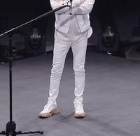 福山雅治さんがオンラインライブで履いていた  スニーカーがどこのブランドのものか教えていただきたいです。  よろしくお願いします。