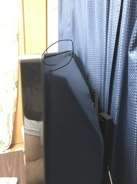 テレビスタンドの危険についてです 現在1ヶ月くらいテレビスタンドを使用してます。 Amazonで購入したFITUEYES テレビスタンド 27~55インチ対応というものです。  テレビの背面のネジを4本外し、スタンドの棒をまた新たに4本のネジで取り付けるタイプです。  いざ取り付け、スタンドに爪を引っ掛けるように乗せるんですがテレビ背面の上部2箇所に一番負担がかかってる気がしてなりません...