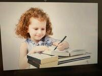 Photoshop初心者です!被写体を選択について質問です! 写真にあるように、勉強してる女の子を切り抜きたいと思い、被写体を選択をしたんですが、1部読み取ってくれていません! どうしたら全て選択してくれますか?(>_<)