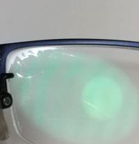 メガネのレンズ汚れをきれいにする方法教えてください! 写真のようにメガネの縁が何かの膜でもついてるみたいに汚れてしまい、洗ってもきれいになりません。  メガネ自体は度もあっているし、デザインも気に入っているのでキレイにしたいです。  三年くらい使っているので寿命なんでしょうか? JINSで一万くらいでしたし、買い換えのタイミングですか?